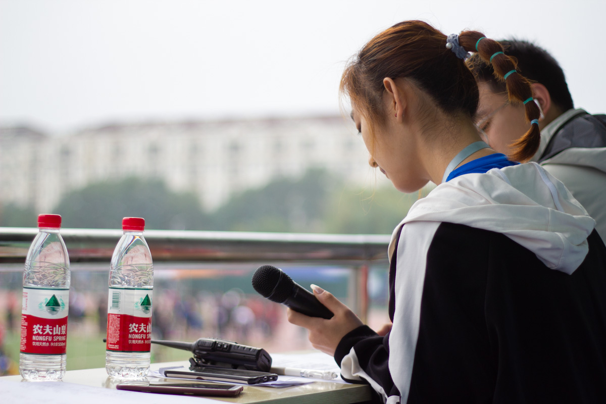 运动会中广播员播报比赛信息(学通社记者 梁钰琪  摄)