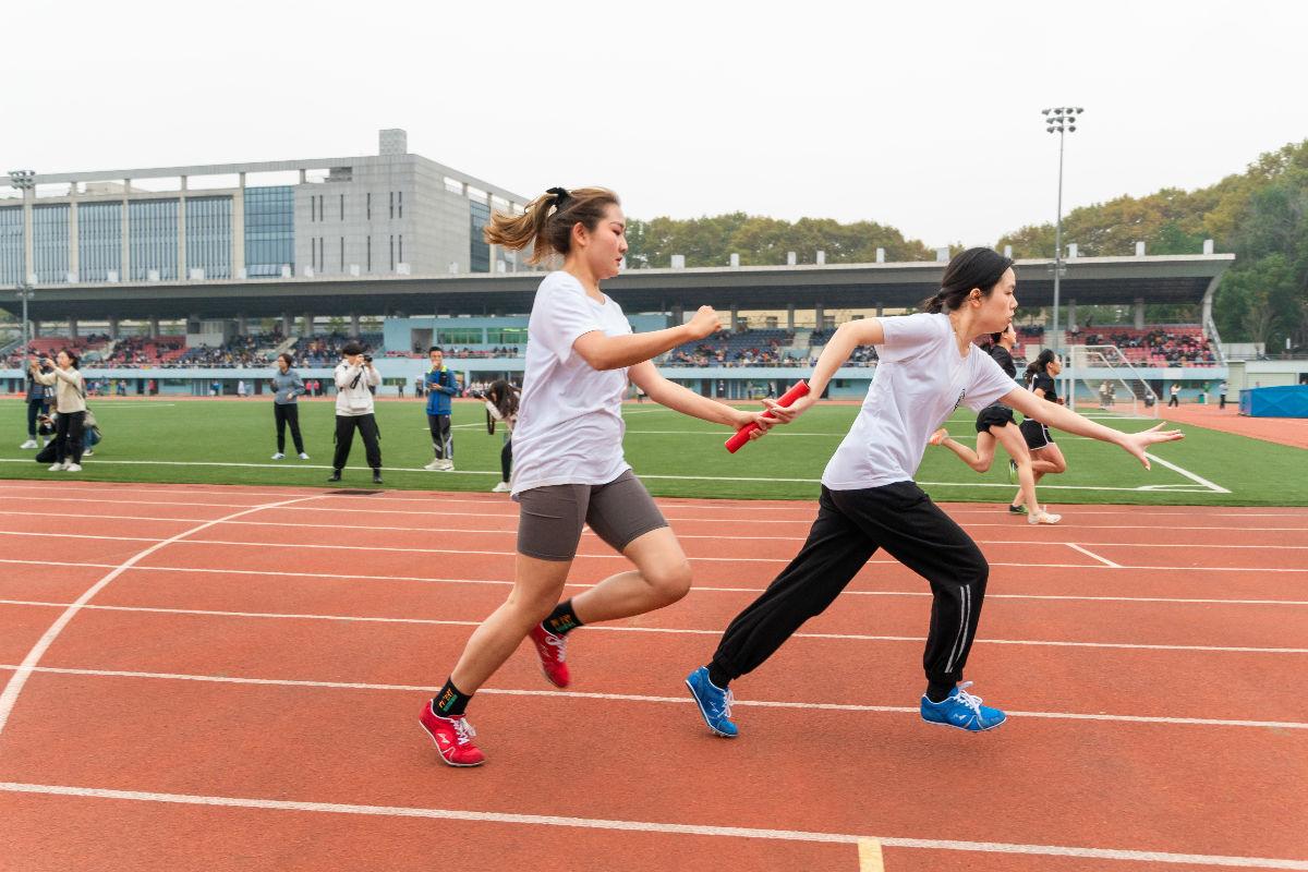 园艺林学学院女子4×100米运动员交接棒(学通社记者 张紫雯  摄)