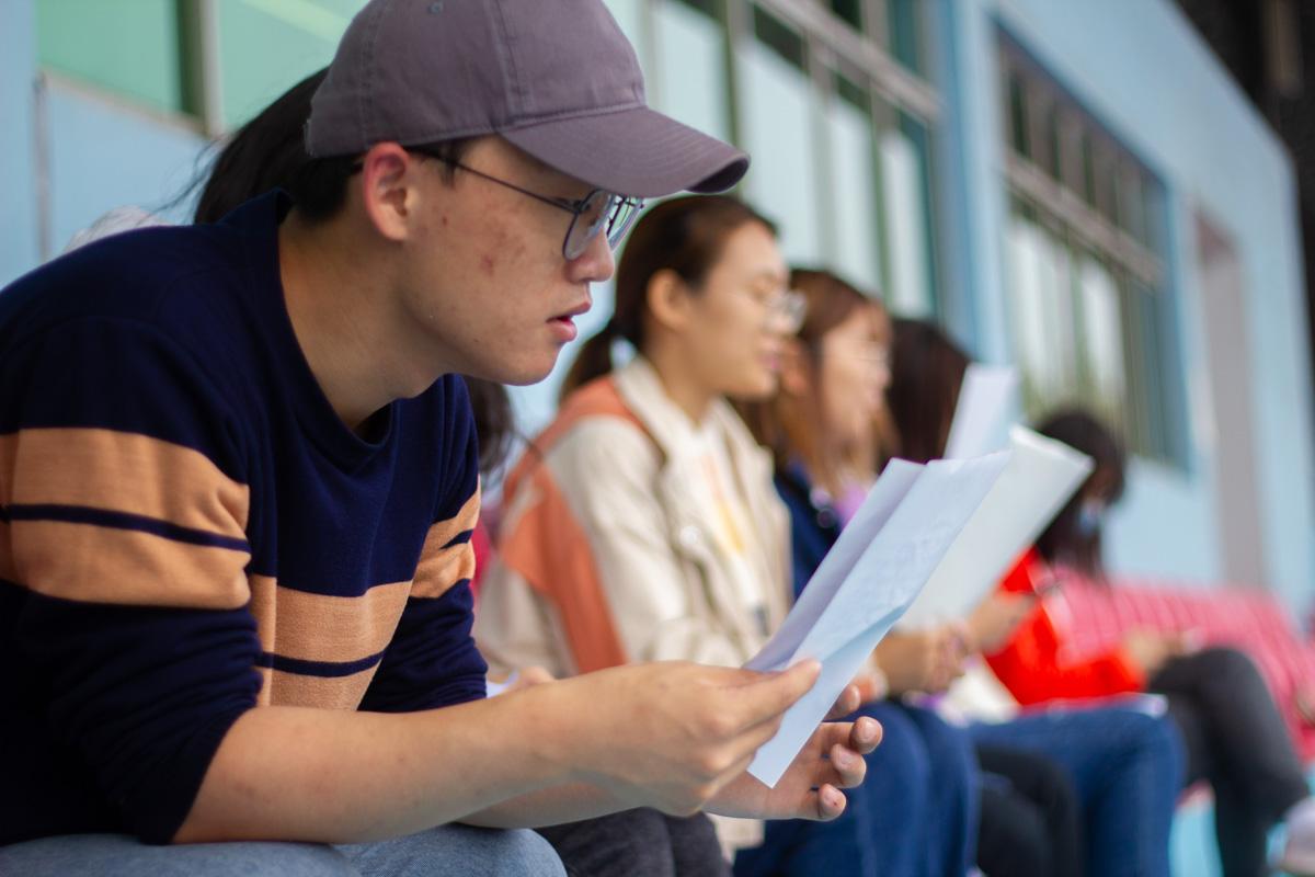 运动会开幕式前广播员准备稿件(学通社记者 梁钰琪  摄)