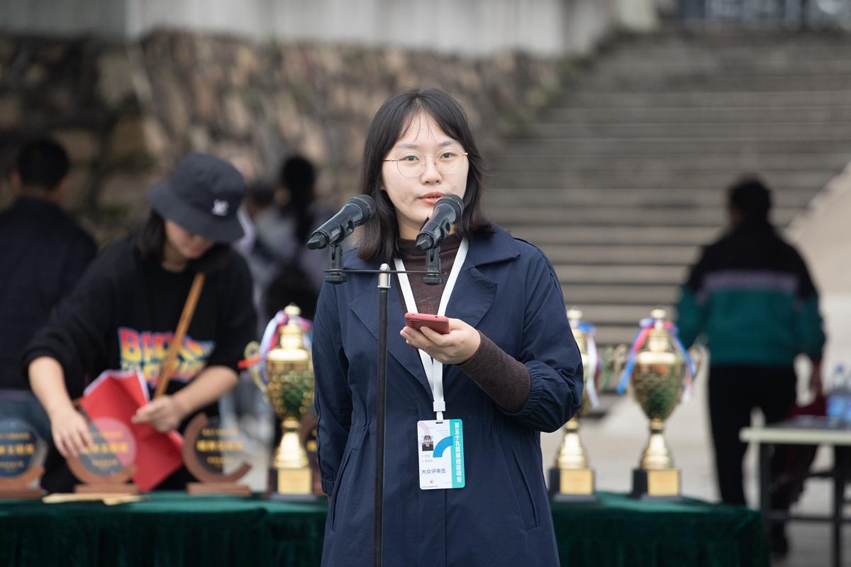大众评审团成员宣读精神文明奖结果(学通社记者 刘博文 摄)