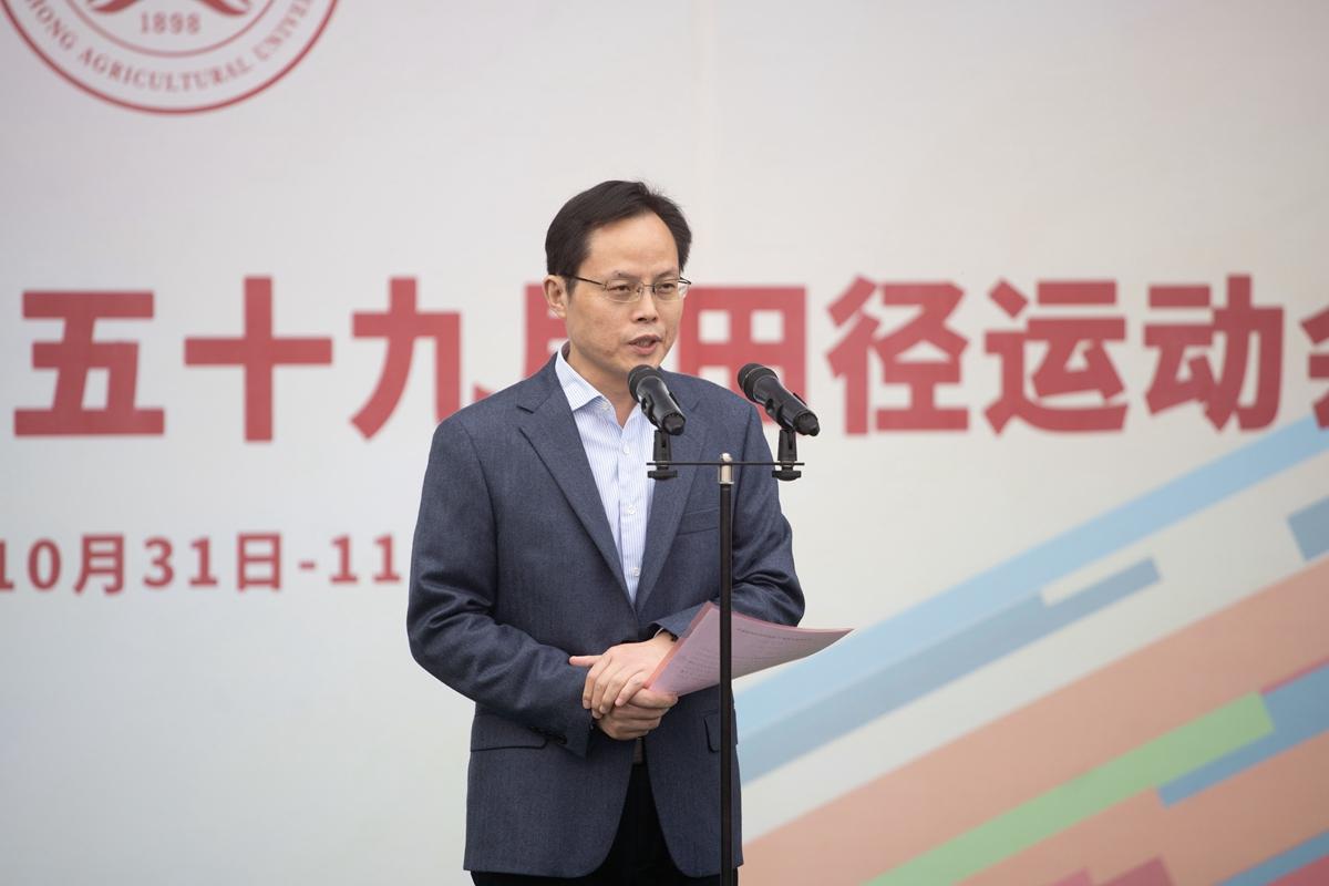 副校长杨少波颁布颁发本届运动会结束(学通社记者 刘博文 摄)