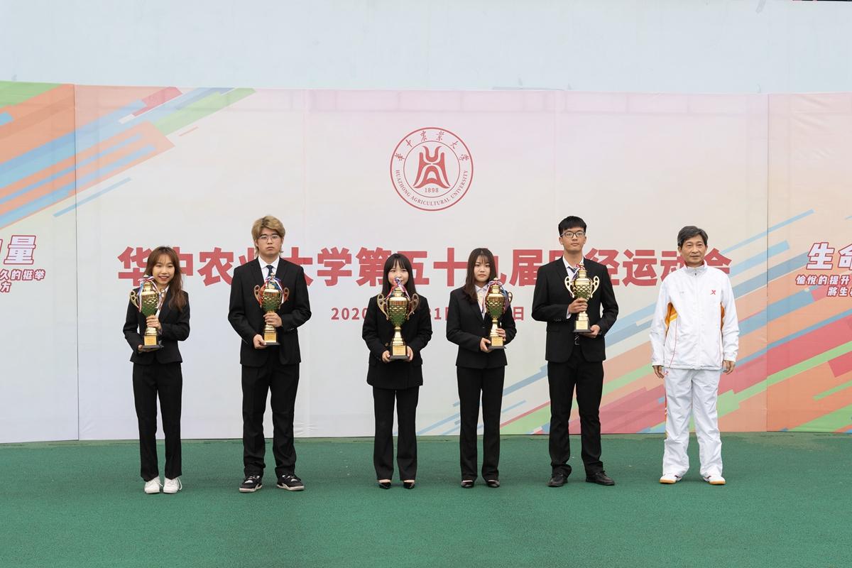 校党委书记高翅为男女团体总分前三名获得学院代表合影(学通社记者 刘博文 摄)