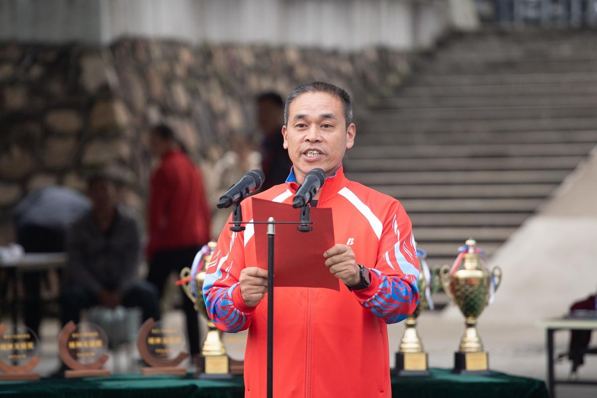 总裁判长龙波宣读比赛成绩(学通社记者 刘博文 摄)_副本