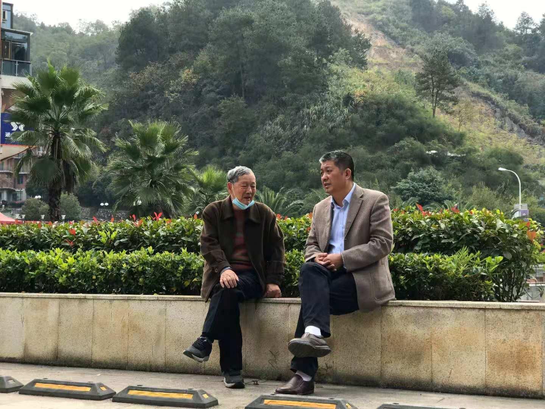 <p>傅廷栋院士与当地政府负责人促膝长谈 (通讯员 廖宜涛 摄)</p>