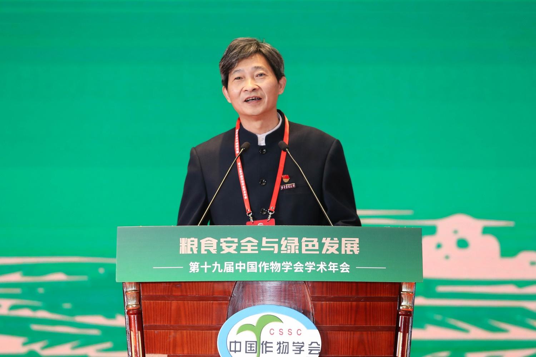 校党委书记高翅教授代表会议承办方致欢迎辞(通讯员 侯国涛 摄)