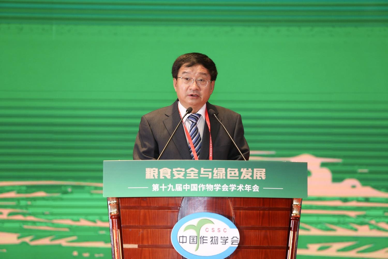 中国作物学会理事长万建民院士致开幕辞(记者 侯国涛 摄)