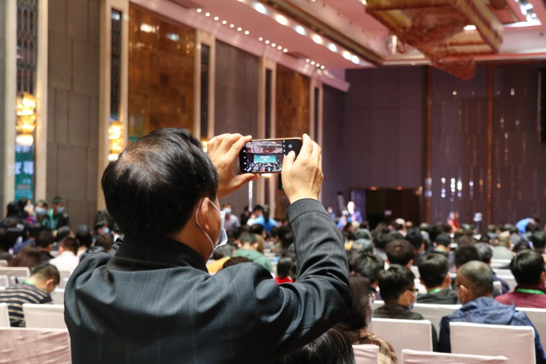 一位与会人员用手机记录会议内容(学通社记者 安威龙 摄)