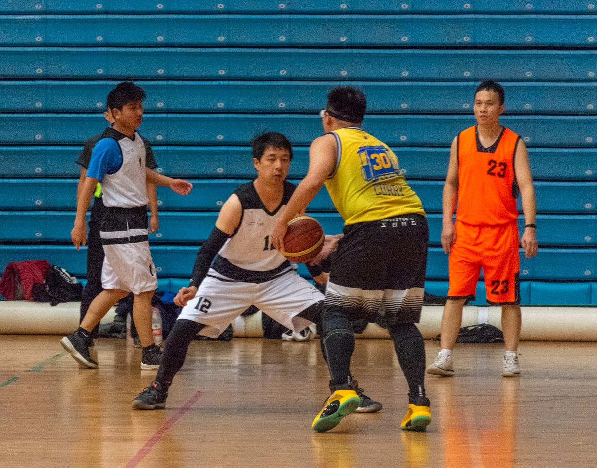 教职工篮球赛,球员进行防守(学通社记者 王凌云 摄)