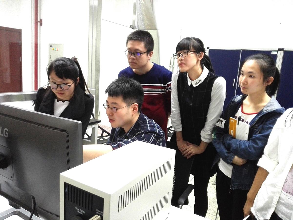 王鹏蔚(左二)在指导学生