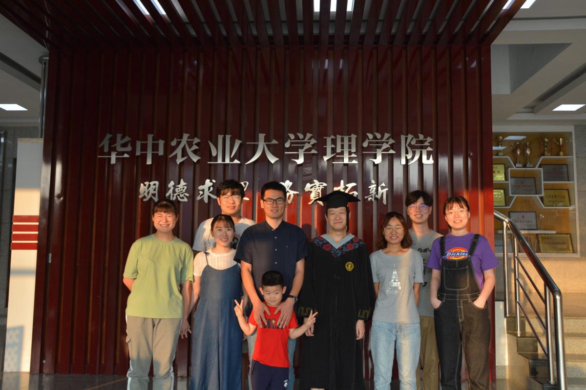 滕怀龙(左四)与学生
