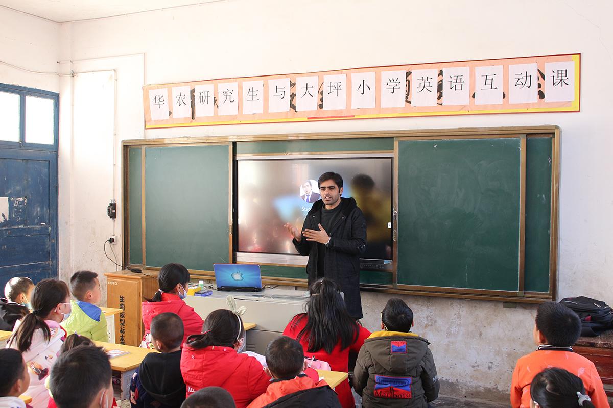 留学生阿米尔为小学生上英语课