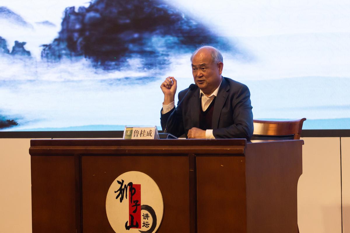 11月11日晚,图书馆二楼报告厅,外交部公共外交咨询委员会成员鲁桂成向同学们讲述当外交官的经历(学通社记者 高俊 摄)