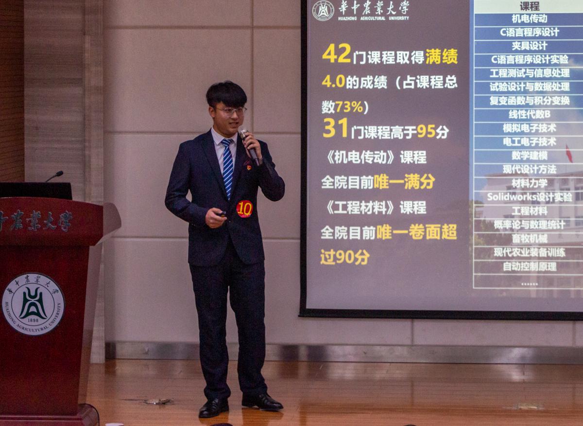 11月2日晚,工学院大学生标兵候选人王镜朝在分享本身的故事(学通社记者 孙嘉豪 摄)