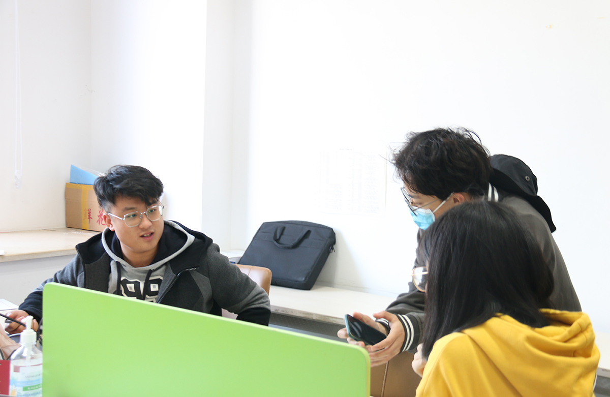 王镜朝向记者分享个人经历与生涯规划建议(学通社记者 栾瑷林 摄)