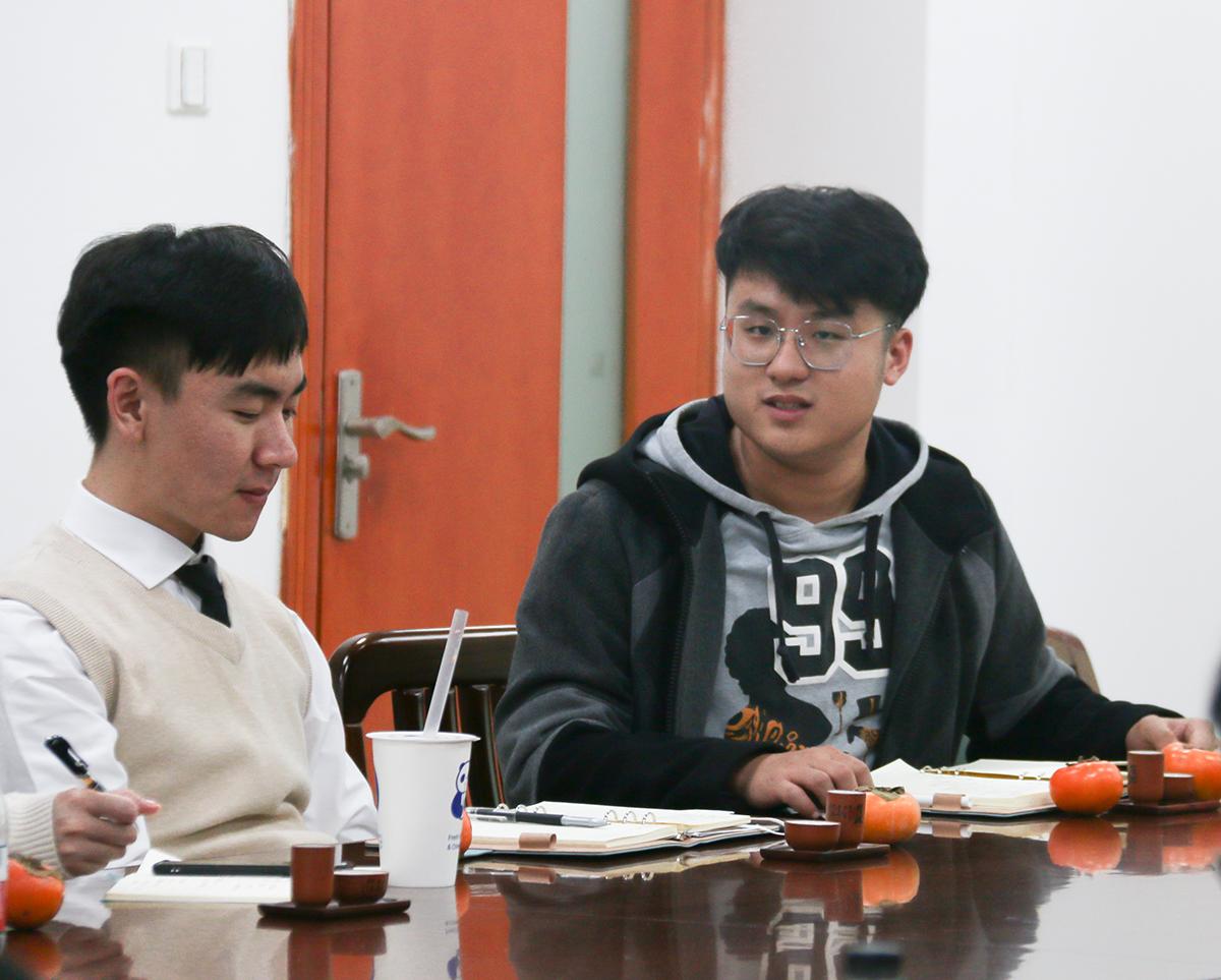王镜朝进行学生会议题讨论颁发不雅观点(学通社记者 栾瑷林 摄)
