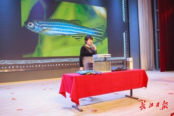 陈振夏教授把鱼缸搬到了讲台上。记者施政 摄