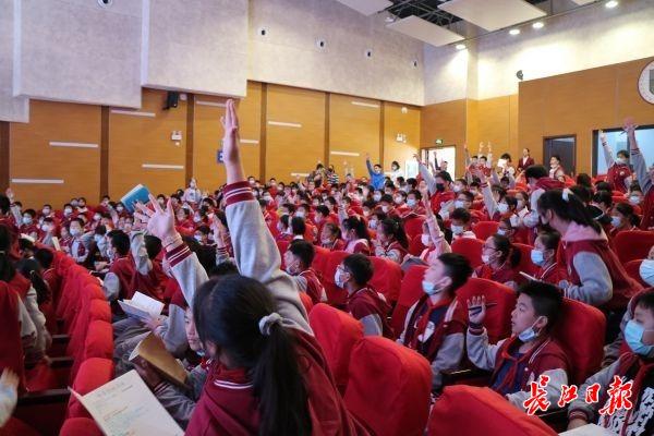 孩子们抢着举手回答问题。记者施政 摄