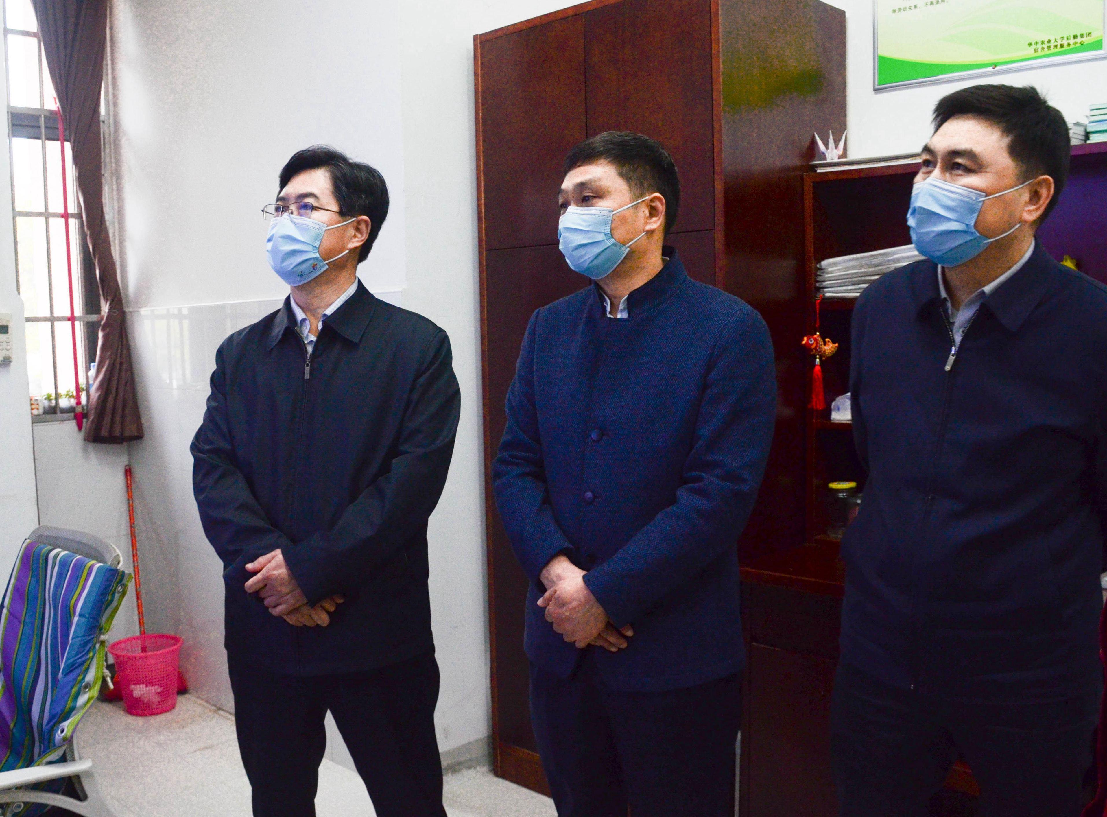 徐艳国一行查看见学生公寓值班室监控情况(匡敏 摄)