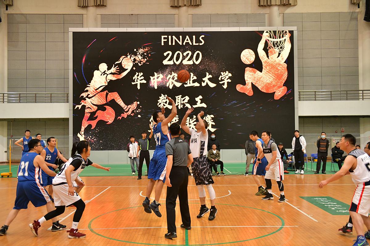 教职工篮球赛决赛开球【学通社记者  卢逸轩 摄】