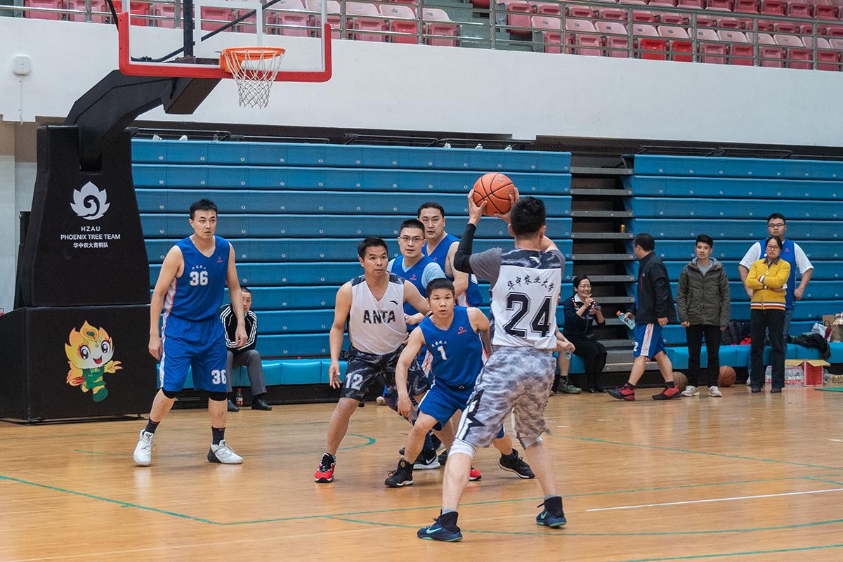参赛队员紧盯即将投出的篮球(学通社记者 吴奕彤 摄)