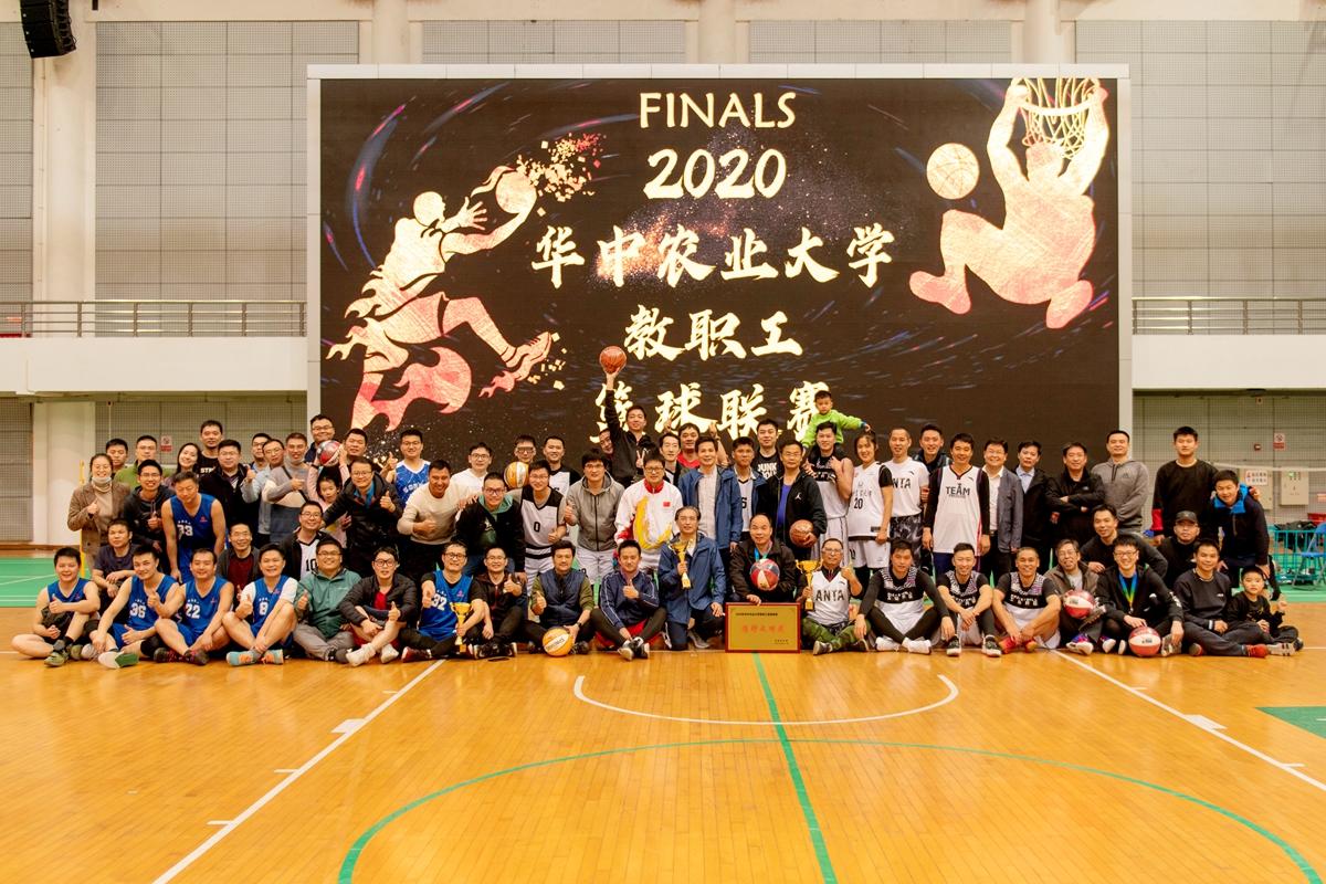 赛后各篮球队集体合影(记者 徐行 摄)