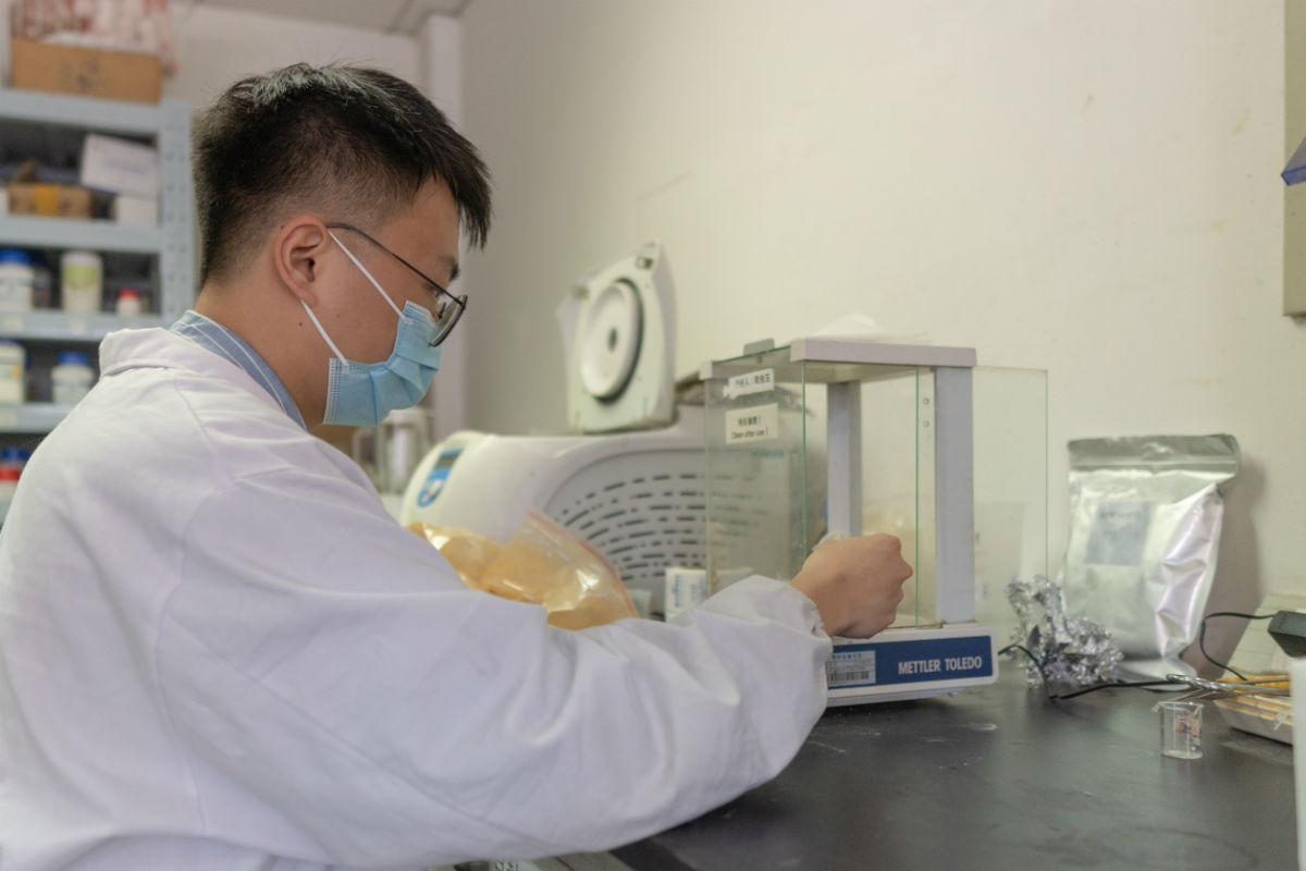 陈昊泽学长在实验室进行称量工作(学通社记者 刘锦 摄)-
