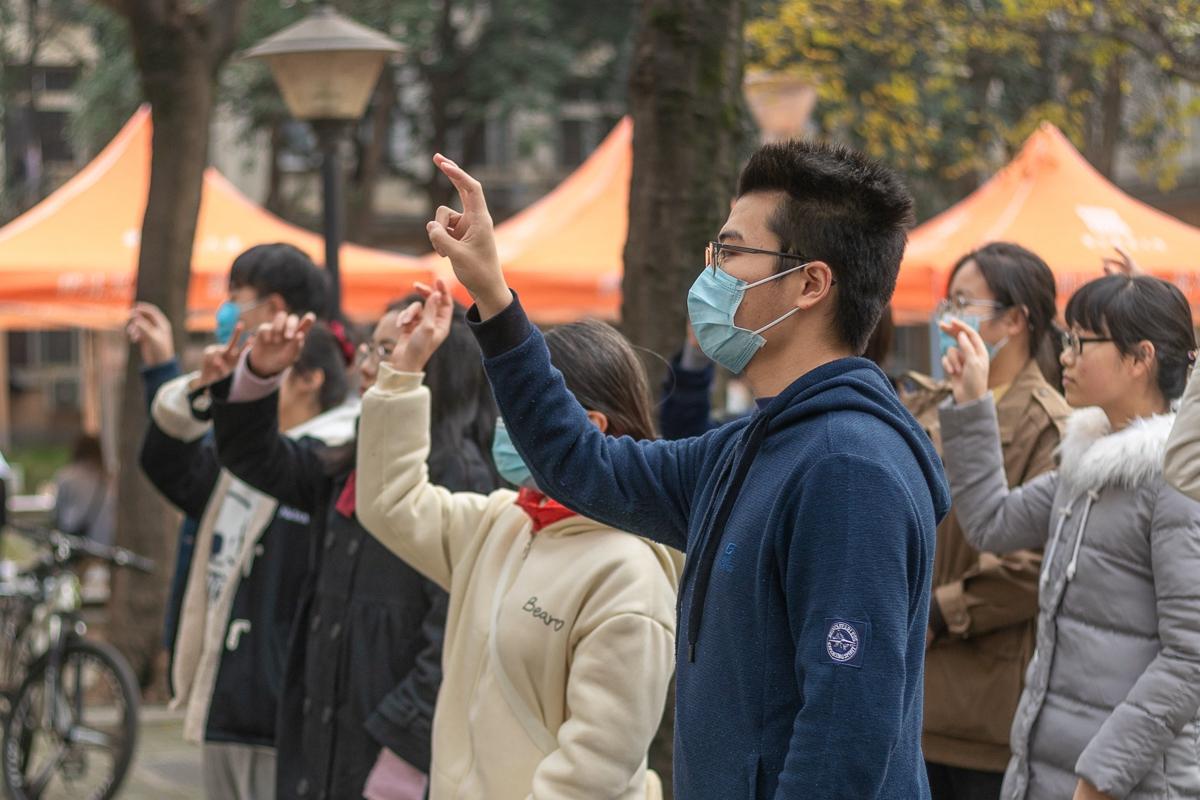 志愿者用手语表演歌曲《会好的》 摄影李羽