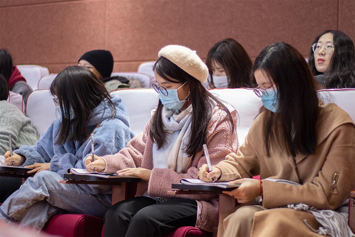 会议上听众认真记笔记(学通社记者 陆俊伊 摄)