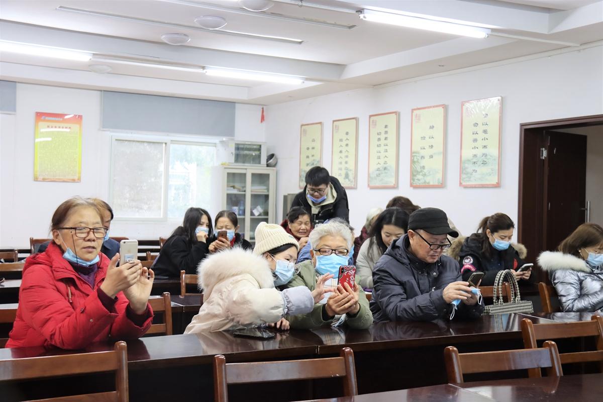 学员们学习软件使用方法(通讯员 赵维好 摄)