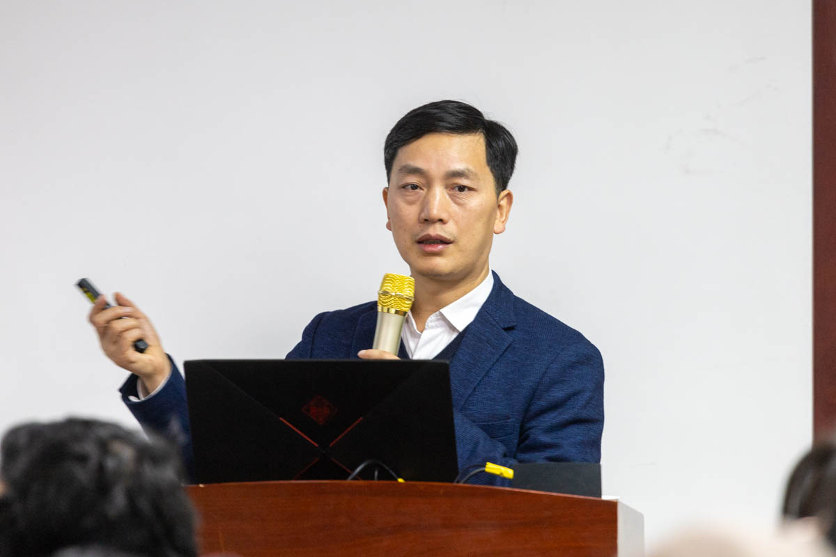 顾泽茂老师正在给同学们介绍双水双绿(学通社记者 谢焱 摄)