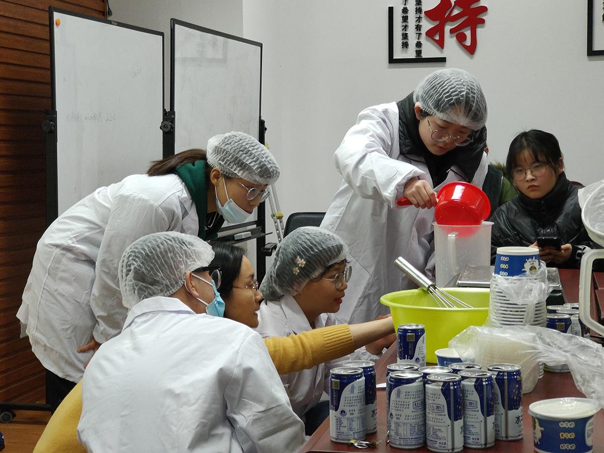 学生在课程中体验制作酸奶(通讯员 周涵 摄)