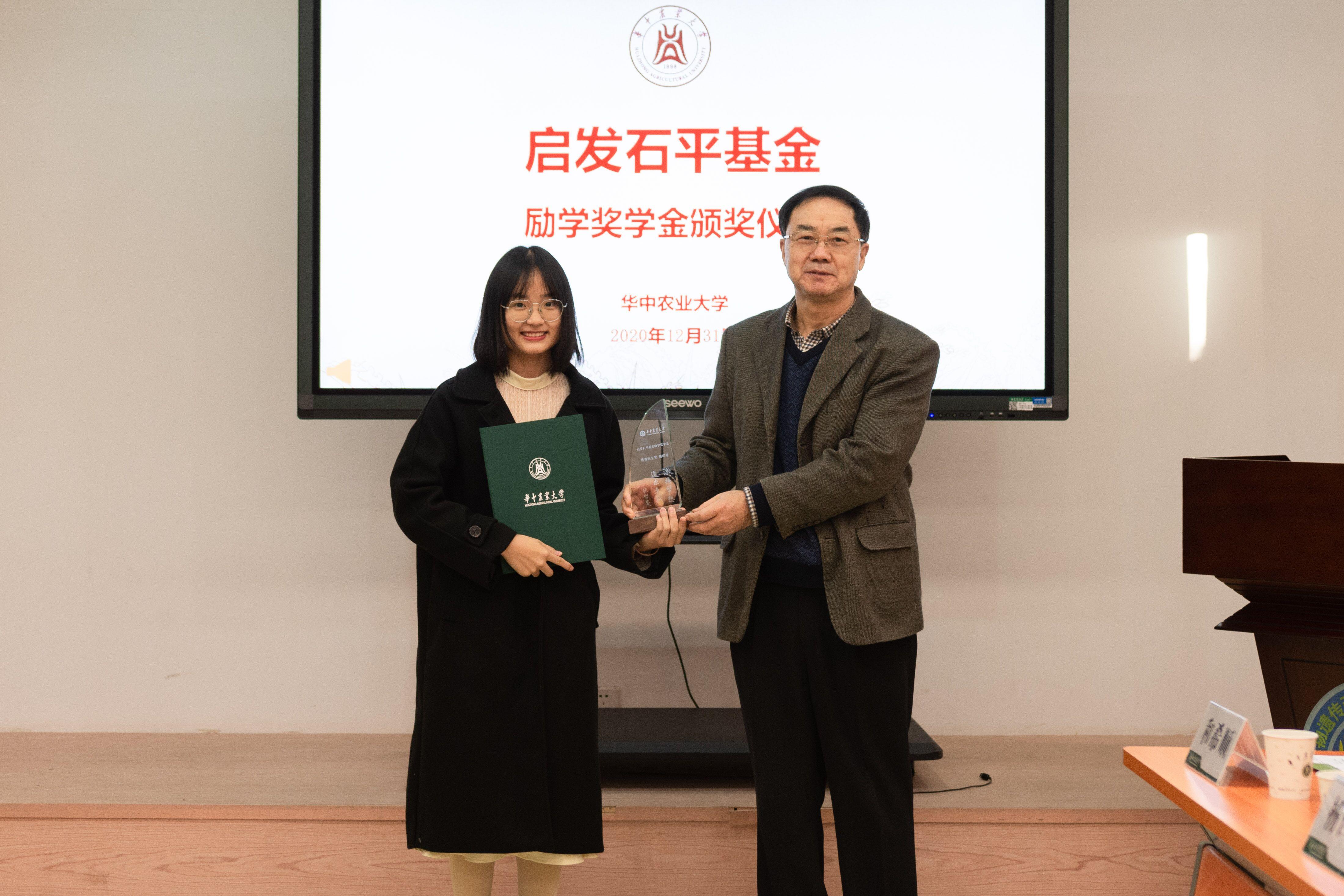 张启发院士为获奖学生颁奖