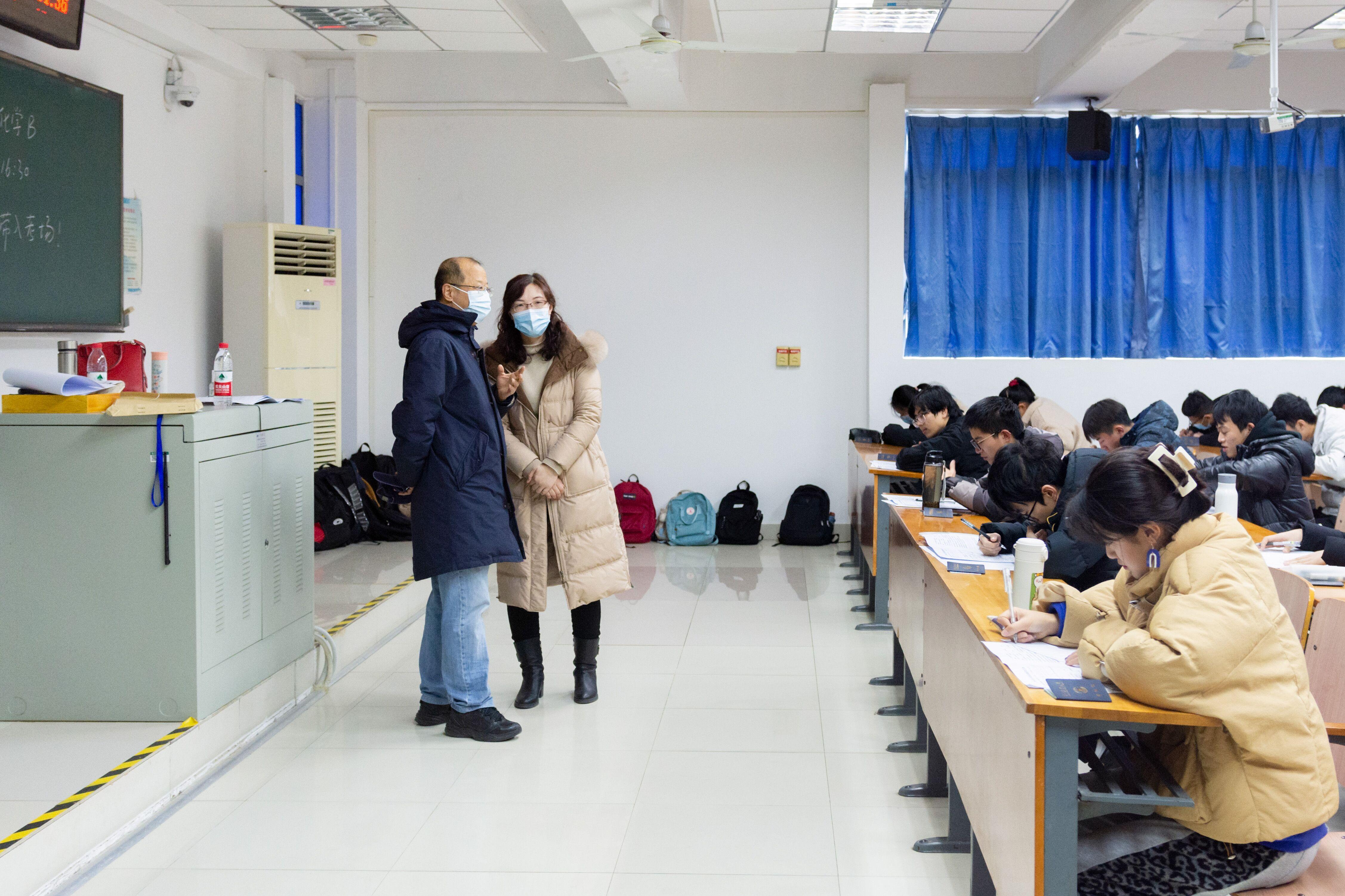 李召虎校长与教师交流(彭雨格 摄)