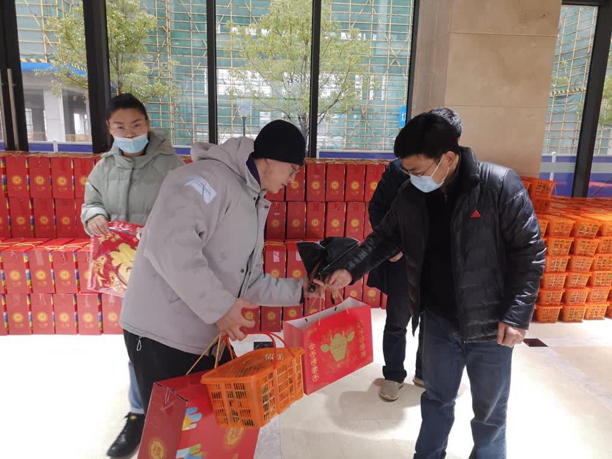 华中农业大学为留校学生发放大礼包
