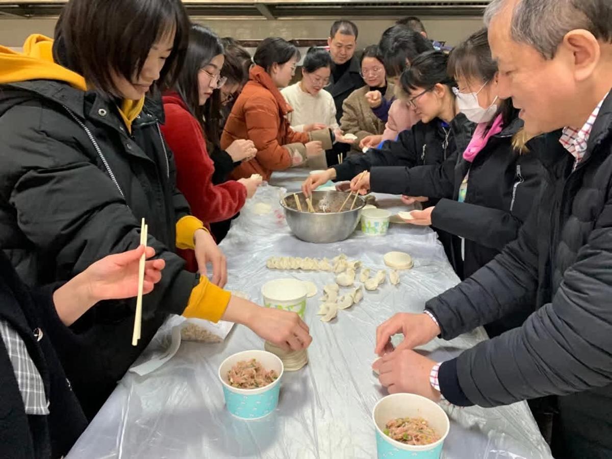华中农业大学留校过年师生一起包饺子