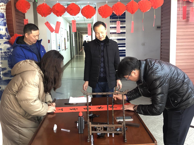 张永安教授为留校学生写春联