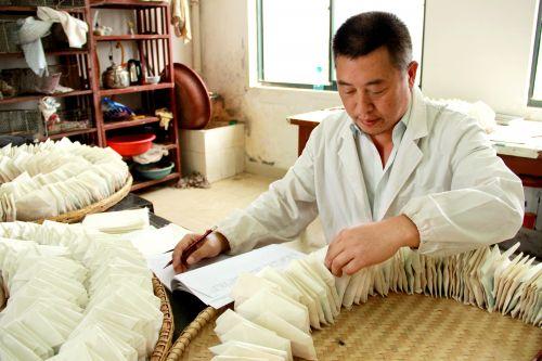 刘永忠在统计种子数量,分类储藏