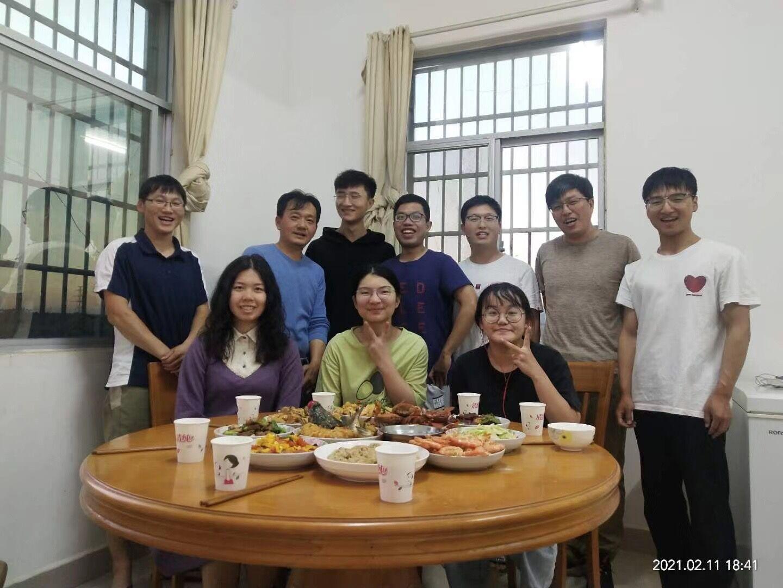 2021年2月11日,严建兵教授团队留守基地的学生们一起吃年夜饭