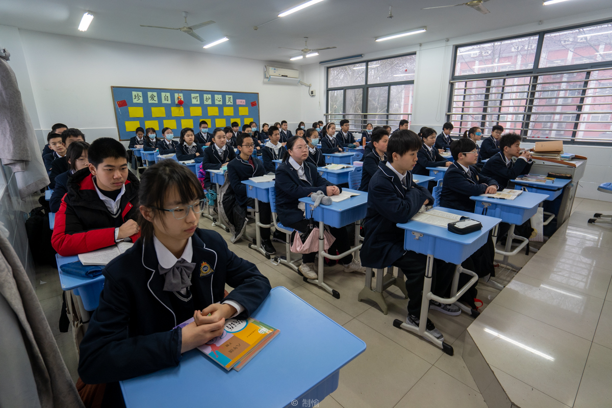 华中农大附属学校八年级一班的同学们在新学期第一天认真听课(学通社记者 高俊 摄)