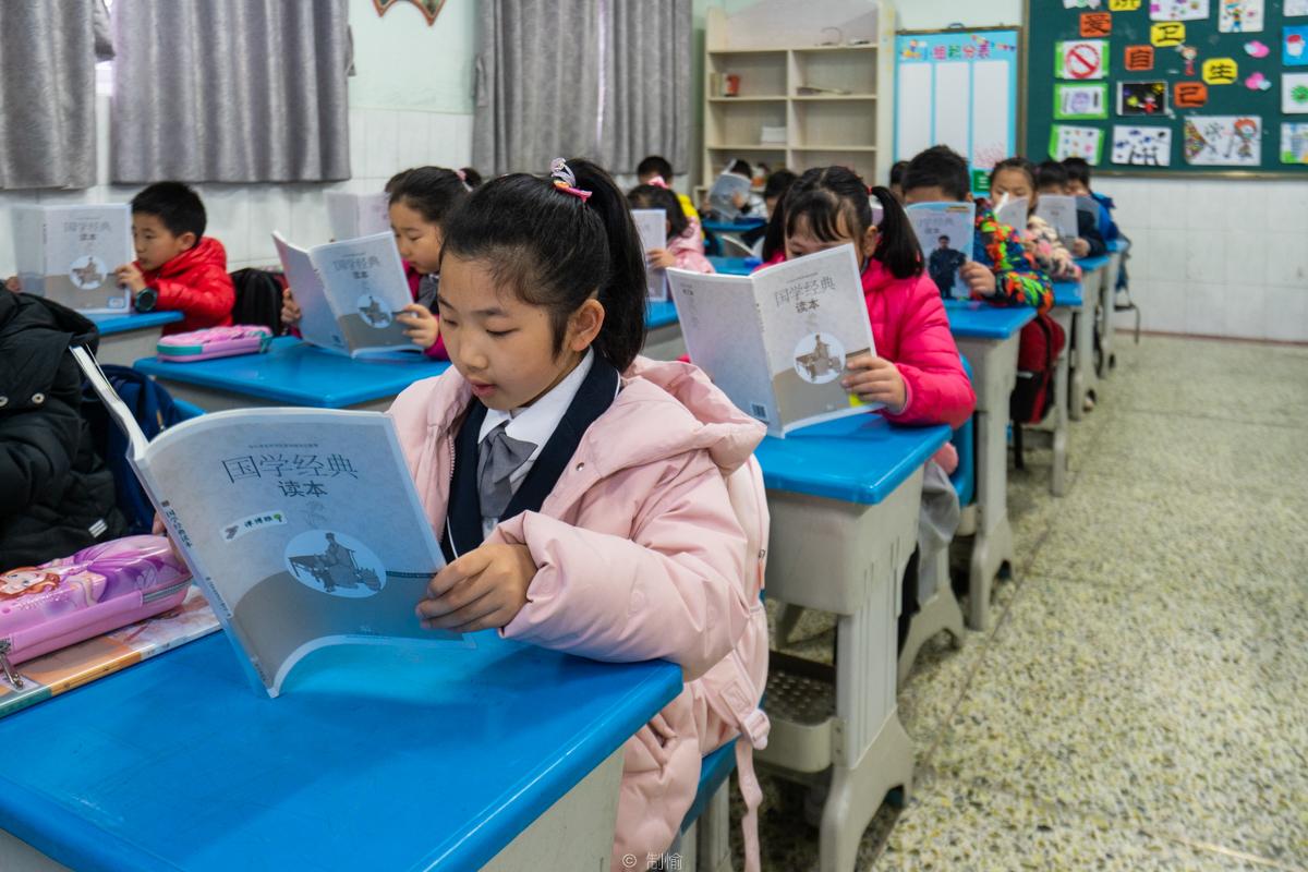 华中农大附属学校,二年级一班的同学们晨读《国学经典》(学通社记者 高俊 摄)