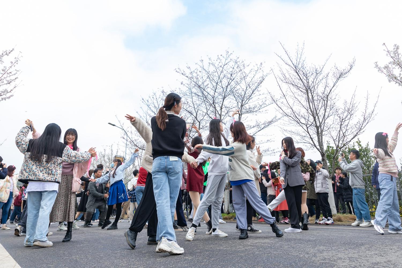 快闪活动在樱花大道进行,同学们翩翩起舞(学通社记者 骆嘉 摄)