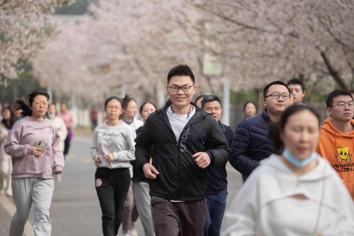 跑步队伍经过樱花路(学通社记者 刘博文 摄)_副本