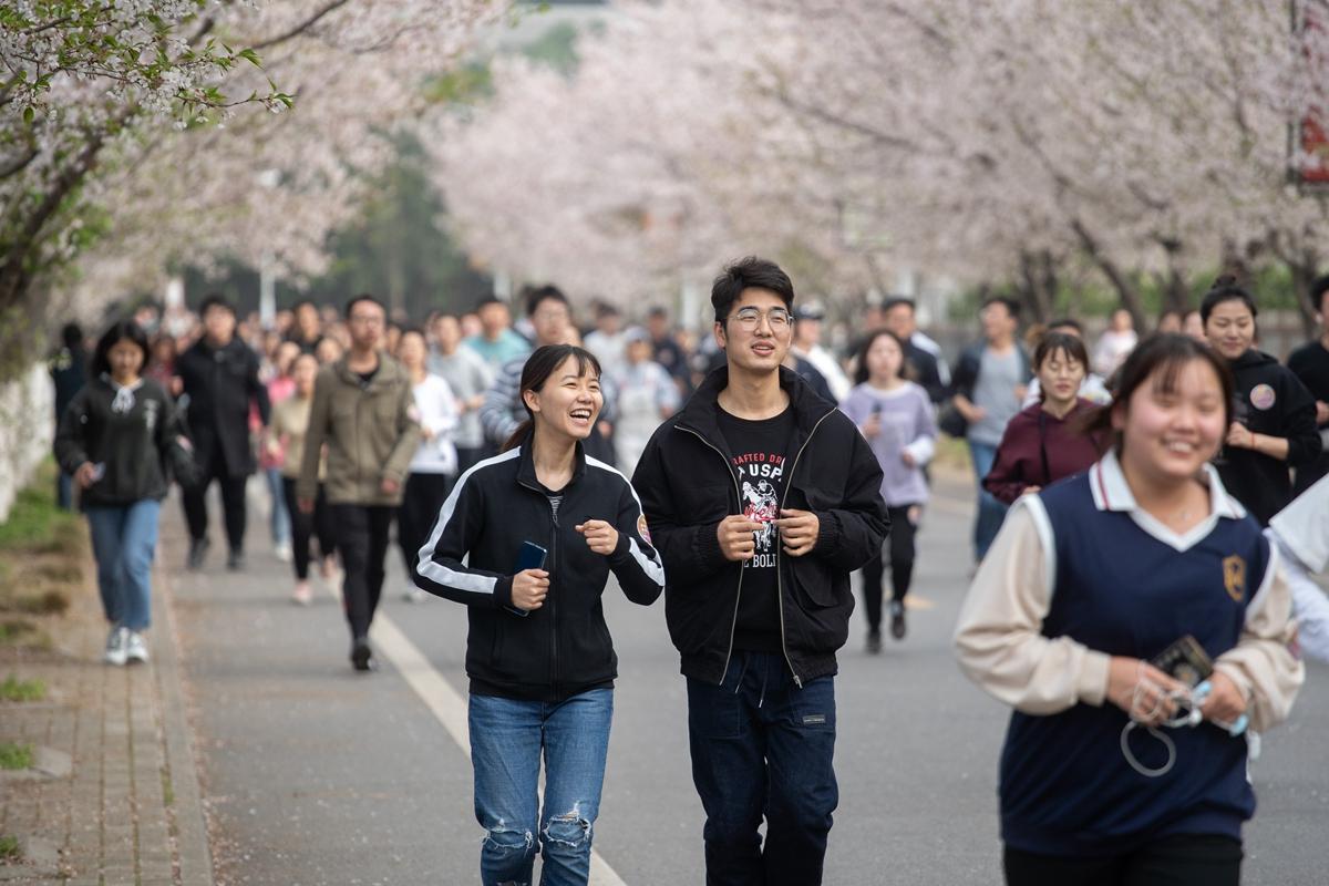 樱花路上跑步的同学(学通社记者 刘博文 摄)_副本