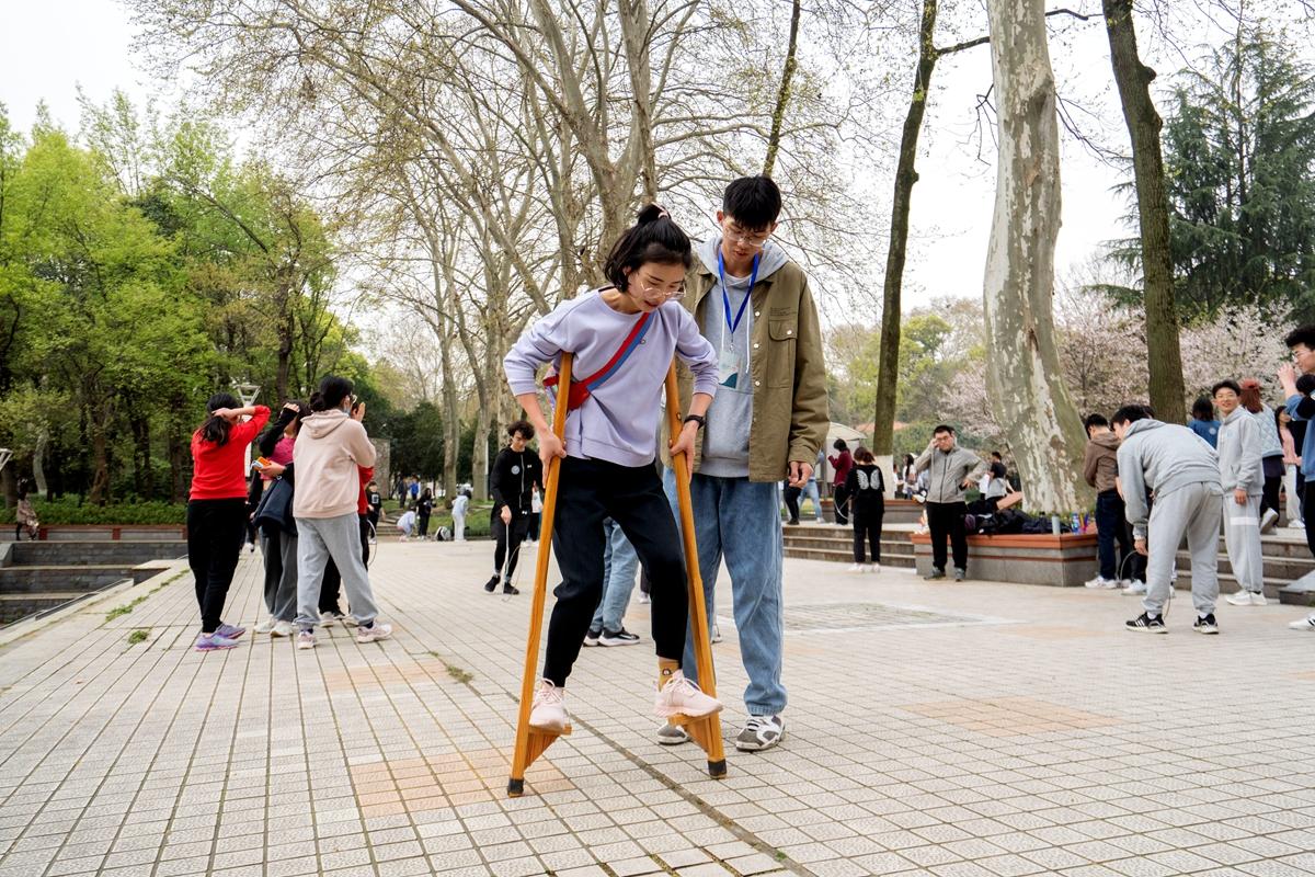 传统体育项目踩高跷(学通社记者 刘博文 摄)_副本