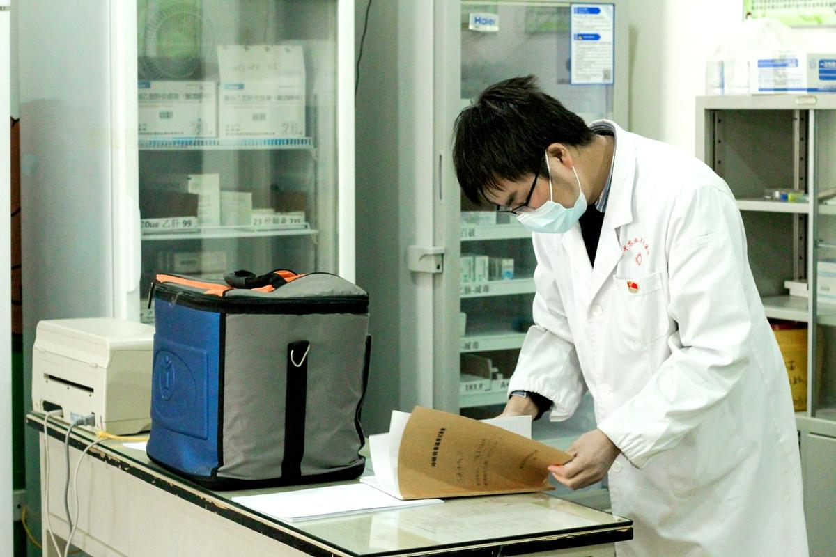 疫苗的取用都有专门的记录簿记录,而检查记录簿也是张伟医生每天的工作之一(学通社记者 蔡雯雯 摄)