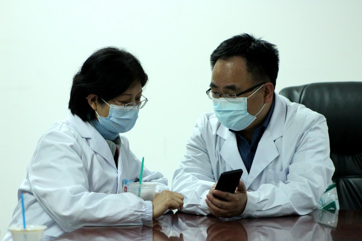 用餐期间,赵小剑书记与同事仍在讨论疫苗接种情况(学通社记者 蔡雯雯 摄)