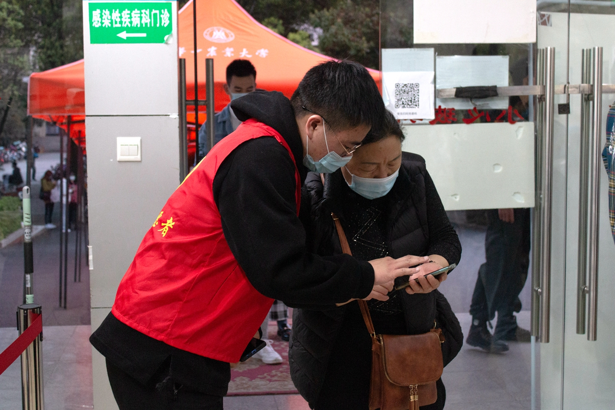 志愿者指引接种市民(学通社记者 李思祺 摄)