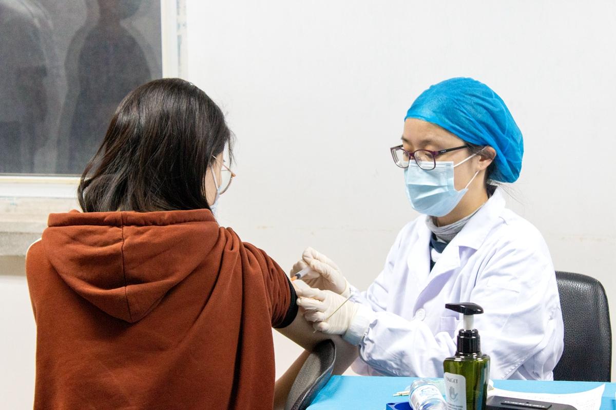 学生接受新冠疫苗接种(学通社记者 李思祺 摄)