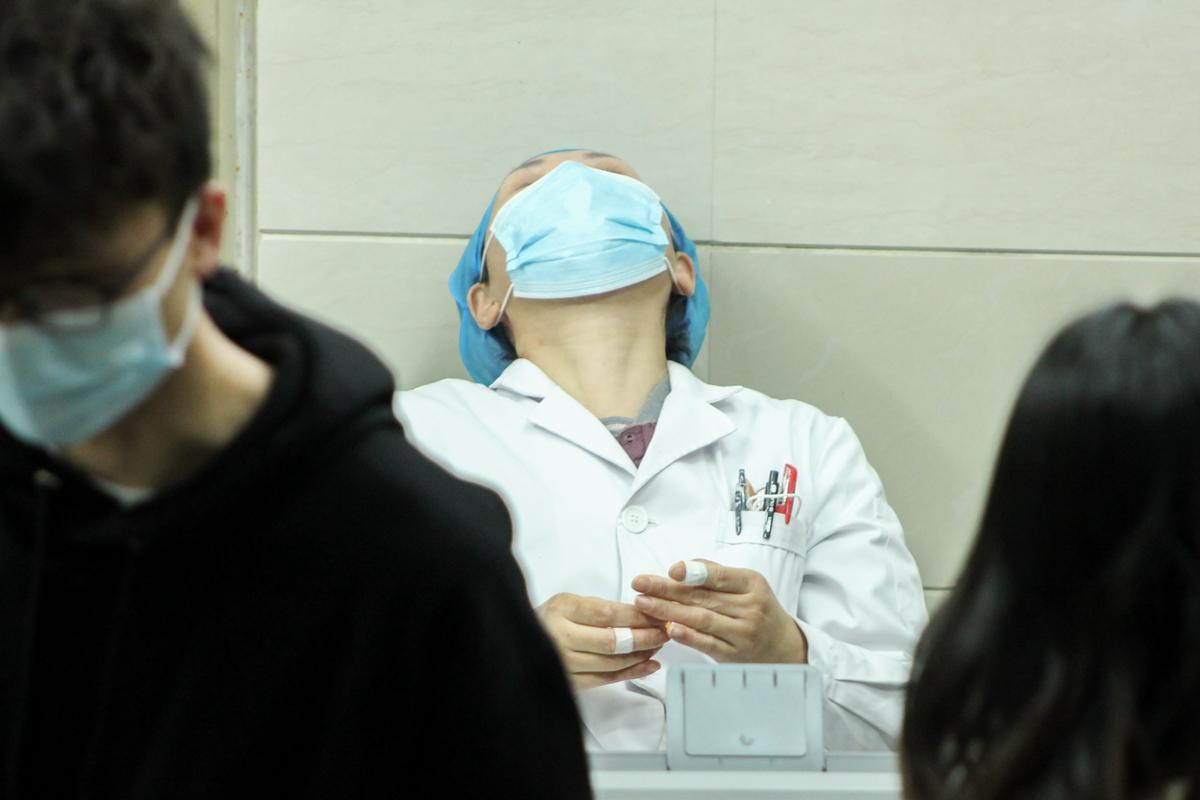 一名医护人员因工作长期注视电脑用滴眼药水来缓解眼部疲劳(学通社记者 蔡雯雯 摄)