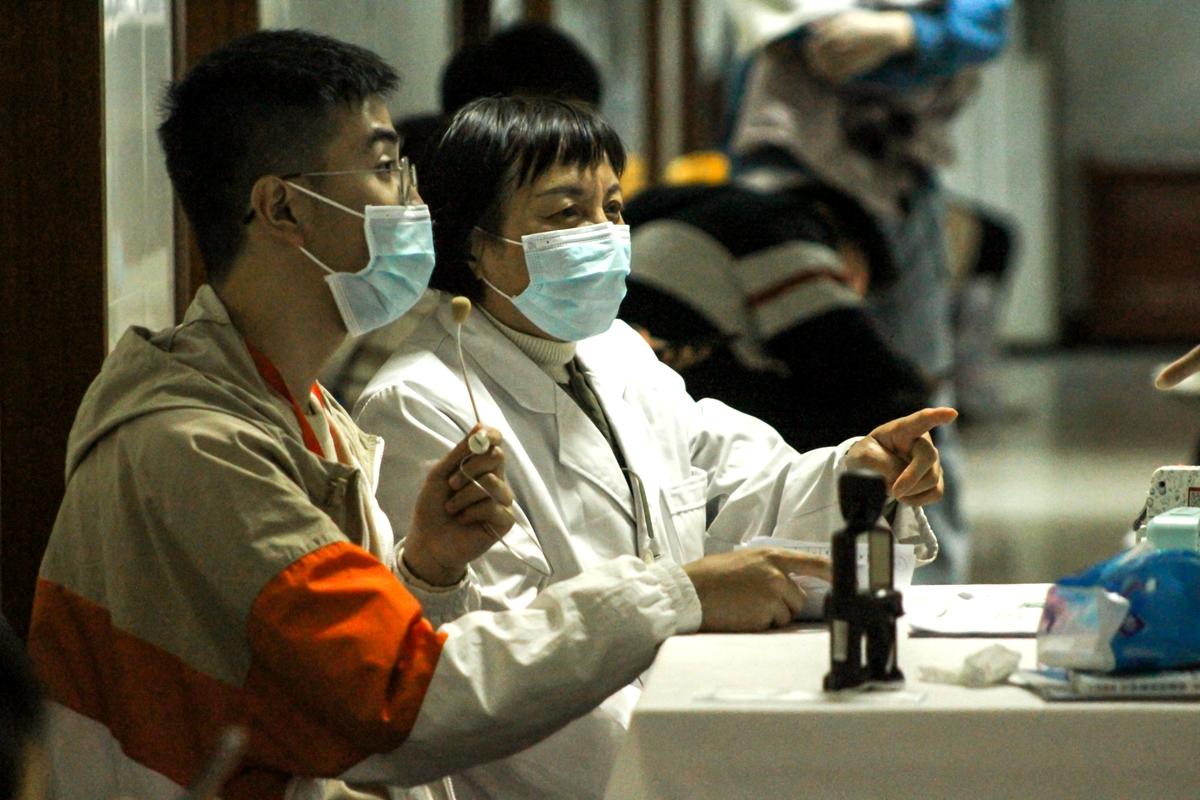 人少的时候,医护人员会坐在学生志愿者的旁边帮同学们指导接种疫苗(学通社记者 蔡雯雯 摄)
